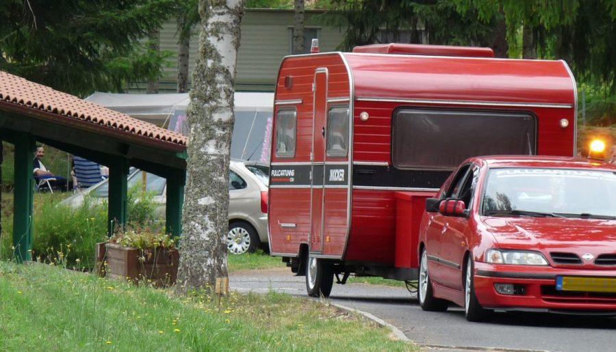camping la chanterelle voiture et caravane rouge